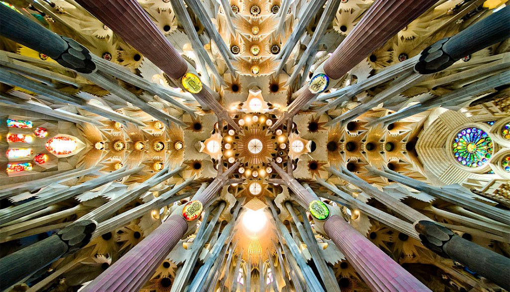 1100px-Sagrada_Familia_nave_roof_detail