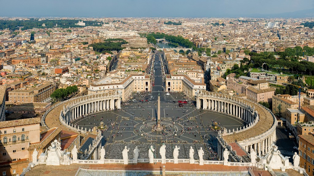 St_Peter's_Square,_Vatican_City_-_April_2007